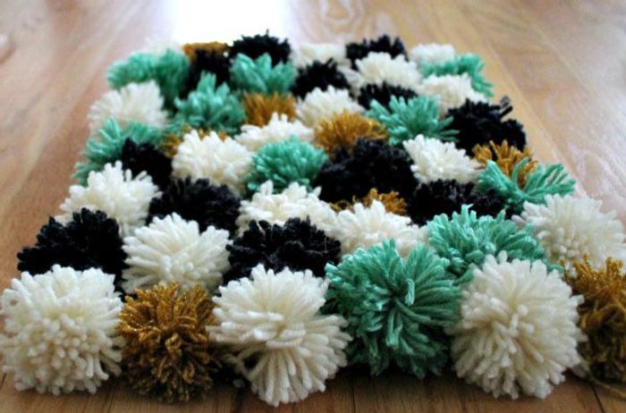 Фото. Помпонистый коврик. Если  помпончики пришить на резиновый коврик, он получится нескользящим. Автор работы - AlenaPos