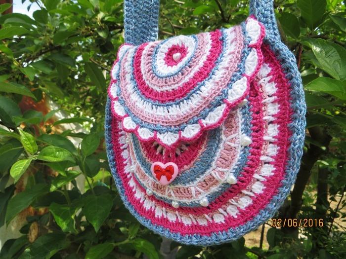 Фото. Из разных остатков связалась такая вот сумочка для девочки. Автор работы - Elena8149