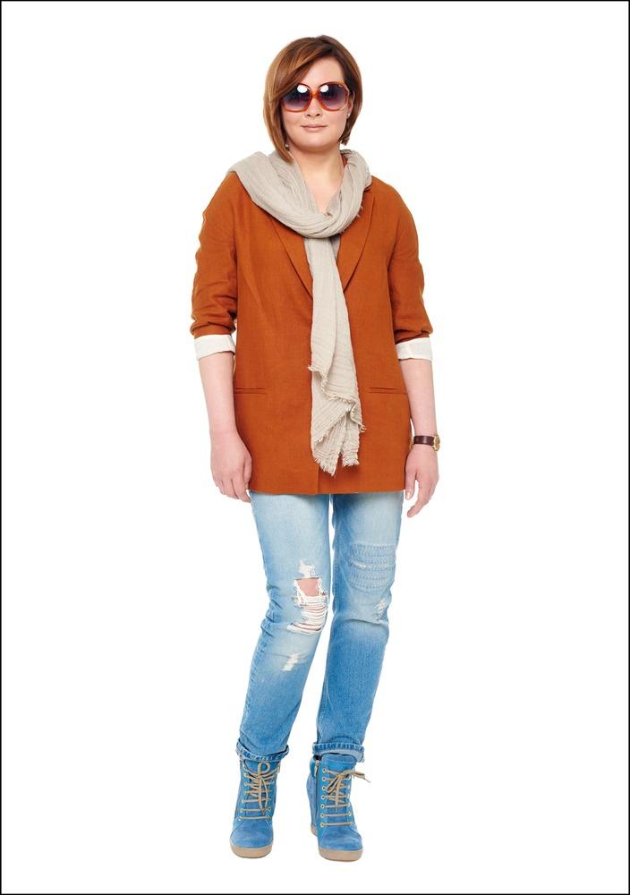 Комплект №1 . Блейзер, топ, джинсы и шарф – Zara. Сникерсы – Apriori