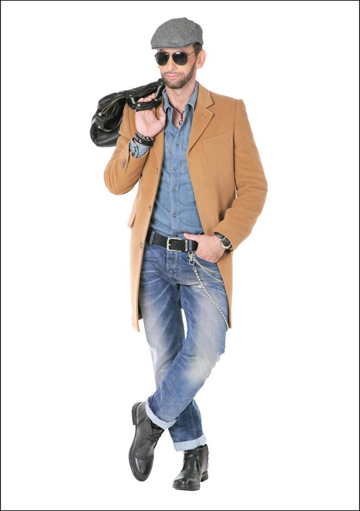 Комплект №1 . Пальто – Marks & Spencer. Сорочка, джинсы, ботинки, ремень, браслеты и цепь – Diesel. Кепка – Gant. Очки и часы – Aldo