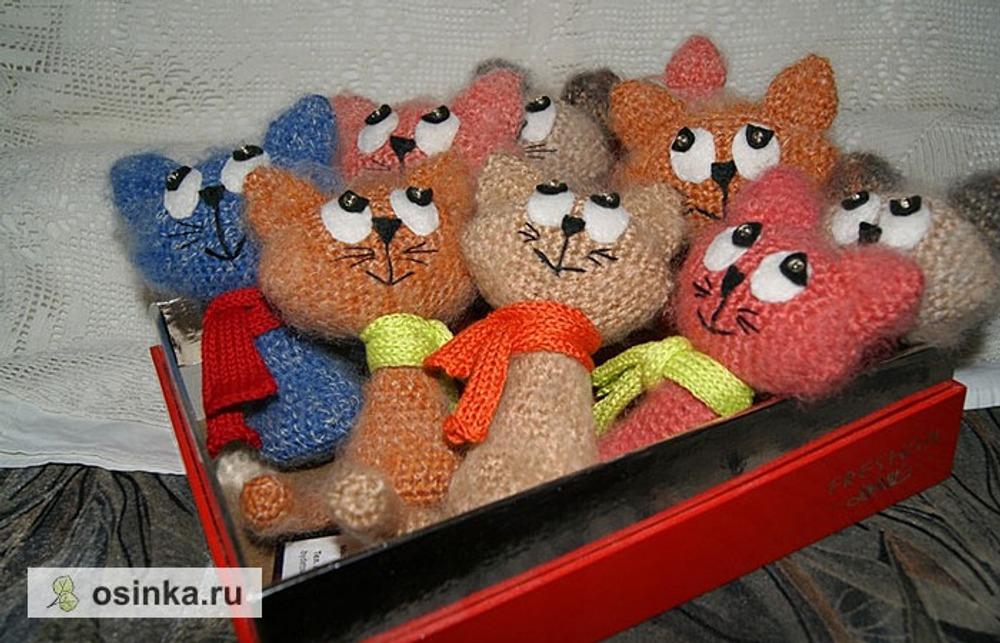 Фото. Веселая компания вязаных котиков - тоже новогодний подарок.  Автор работы - dabydetsvet!