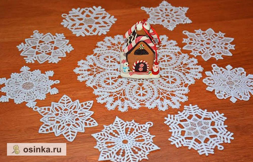 Фото. Снежинки - салфетка и подвески - в технике машинной вышивки. Автор работы - fialkals