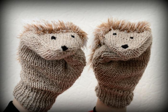 Фото. Варежки - ежики для девочки.