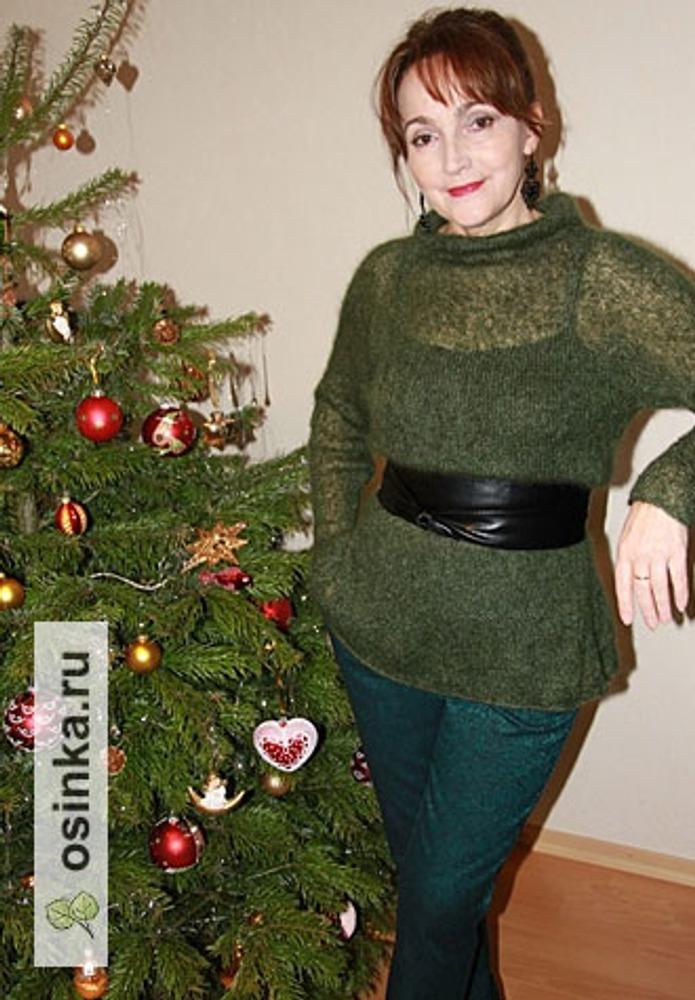 Фото. Свитер у новогодней елки. Автор работы - Michele