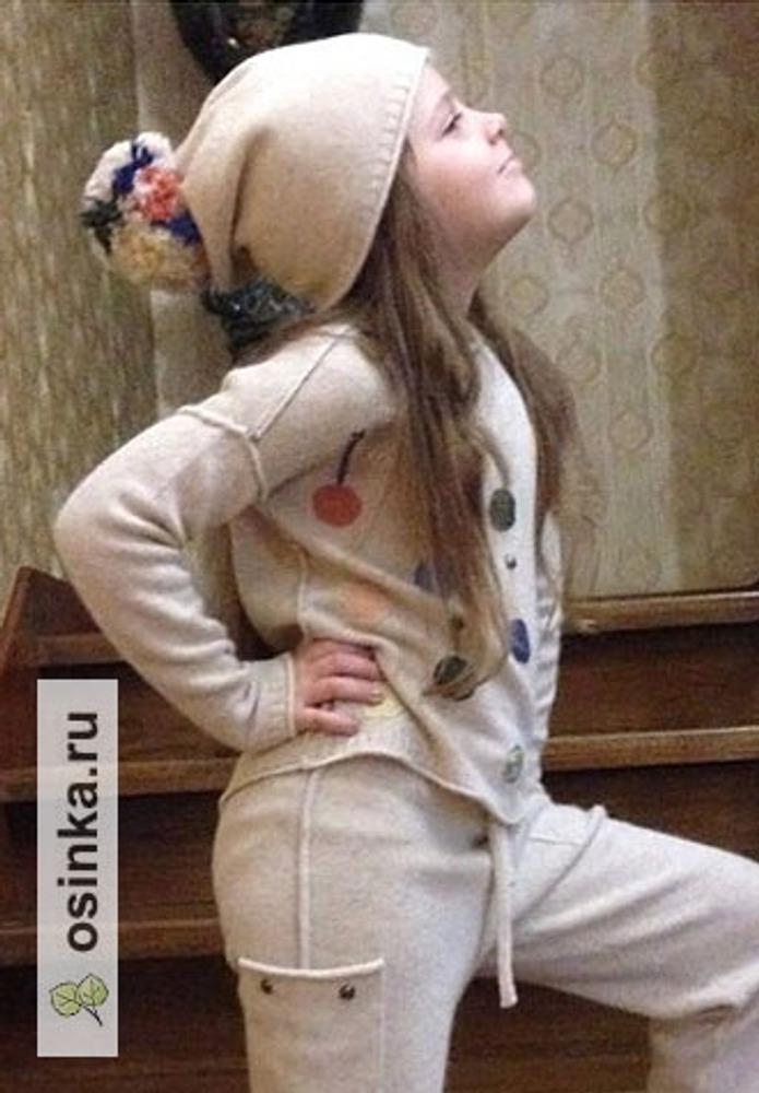 """Фото. К ранее показанным штанишкам связался свитер и шапочка! Получился костюм. Внучка придумала название - """"Чупа-чупс"""".  Автор работы - octrov_natali"""