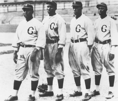 Фото. Оскар Чарльстон, Джош Гибсон, Тед Пейдж и Джуди Джонсон позирует для фото группы во время игры в бейсбол Негро лиги, Сан-Франциско, Калифорния, 1940.
