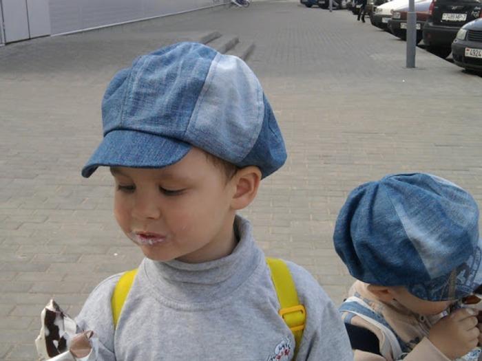 Фото. Часто кепки получаются при переделке старых джинсов. Кепки для сыновей. Автор работы - Tanja A