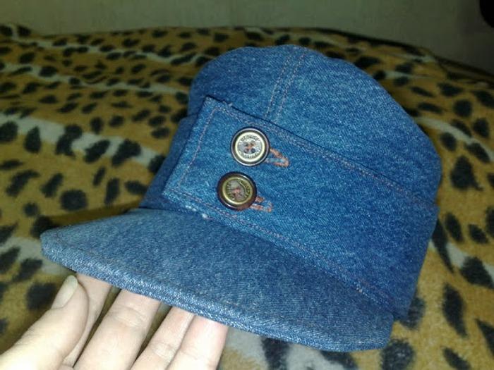 Фото. Кепка-немка из старых джинсов. Отличие - околыш на двух пуговицах. Автор работы - Красная смородина