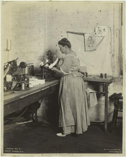 Фото. Производство съемных воротничков в г. Трое (США).