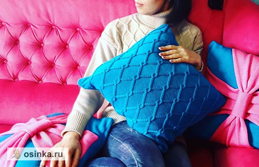 Фото. Яркие и уютные вязаные подушки.  Автор работы - Knopotuska