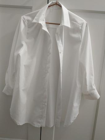 Фото. Классическая белая  блузка рубашечного фасона уместна и с юбкой, и с сарафаном. Автор работы - Чмок