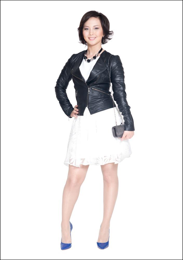 Комплект №3 . Куртка и юбка – Guess. Топ – Mango. Туфли – Motivi. Клатч – Koton