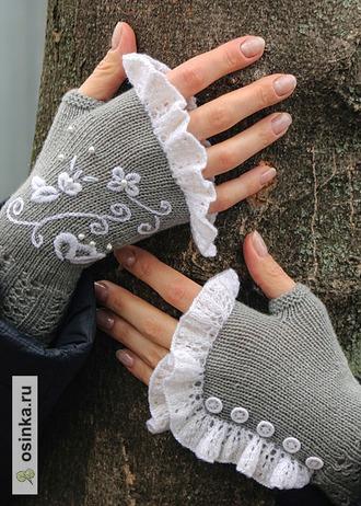 Фото. И очаровательные митенки с вышивкой и пуговками. Автор работы - Ворсинка