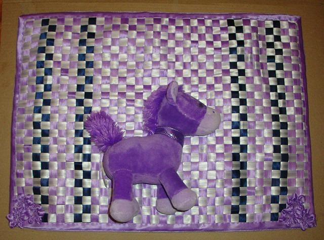 Фото. Сувенирчик к 8 марта - сидушка на кресло дочке. Косая бейка, льняной ватин и саржа для оборотки. Автор работы - SorY