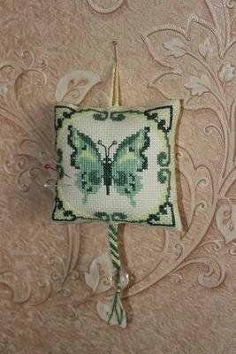 Фото. Подушечка для иголок. удобная. Бабочка вышита крестиком. Автор работы - Сергея