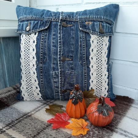Фото. Наволочка из джинсовой куртки.   Автор работы - Огнеопасная
