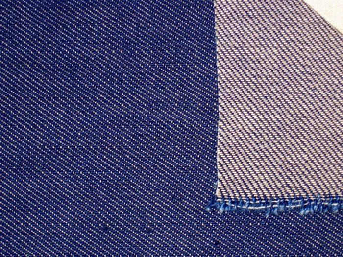 Фото. Классический деним ткут из нитей двух цветов. Сумеете по направлению рубчика определить, где долевая?