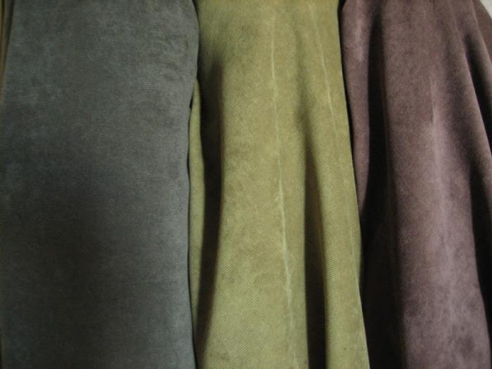 Фото. Вискозный вельвет легко отличить по характерному блеску (98% вискоза, 2% эластан).