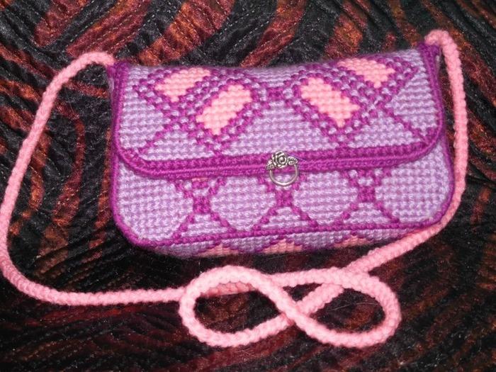 Фото. Сумочка - вышивка на пластиковой канве, обвязка крючком.  Автор работы - Galas