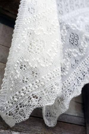 Фото. В отличие от традиционных шалей - кайма связана сразу.  Фото - Syuykum