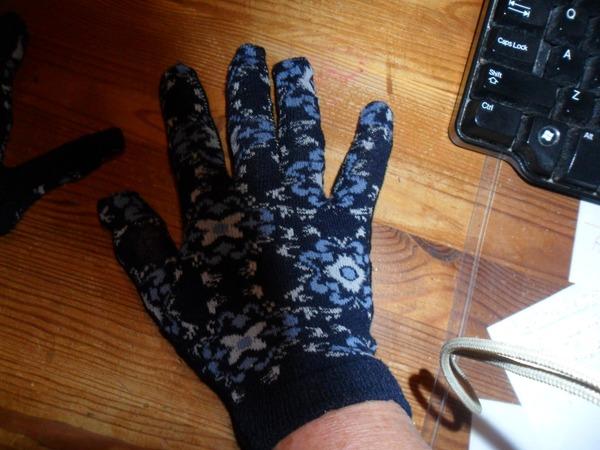 Фото. Перчатки - переделка из драных носков.  Автор работы - Blaсk Mary