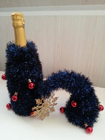 """Фото. И елка, и декор новогоднего стола - елка из """"Травки"""" на бутылку с шампанским. Автор работы - Shikochka"""