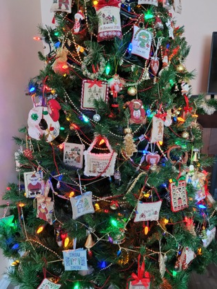 Фото. Новогодняя елка вышивальщицы (наряжали дети).  Автор работы - Rish