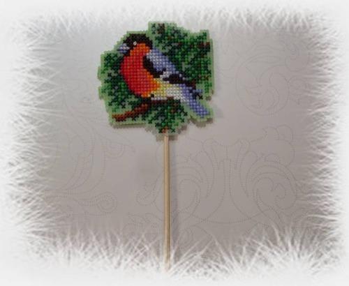 Фото. Снегирь. Вышивка по пластиковой канве. Изначально был елочной игрушкой, а превратился в стек для цветов.   Автор работы - Любимые крестики