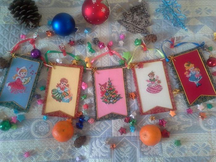 Фото. Ретро-классика: новогодние флажки с вышивкой  - и для украшения дома, и на елочку. Совсем как в детстве.  Автор работы - Marlit581