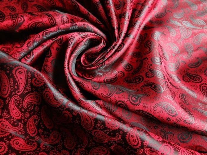 Фото. Подкладка для верхней одежды - жаккард с узором пейсли поливискозный, плетение нитей красного и черного цвета - хамелеон.  Фото - Tallina