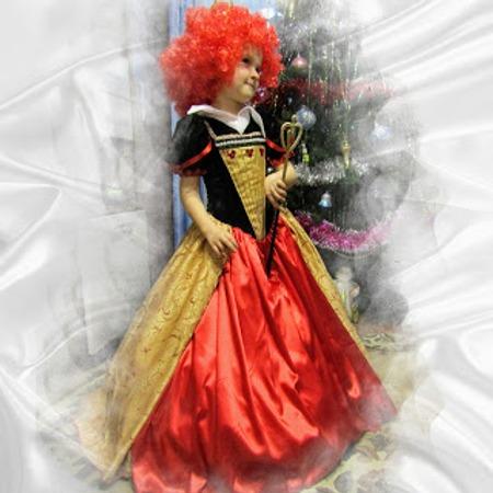 Фото. Не остаются в эти дни  в стороне и литературные персонажи Красная Королева из Зазеркалья. Автор работы - Валентинка1