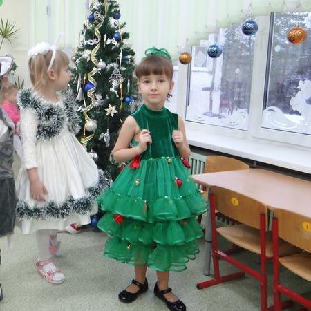 Фото. Костюм Елочки - зеленое платье, расшитое шариками.  Автор работы - Elena_Samara