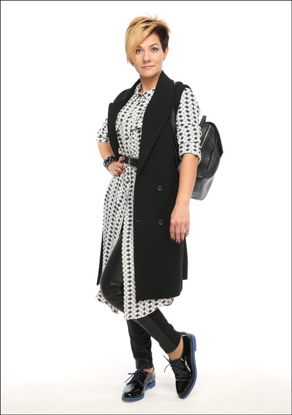 Комплект №4 .Платье-рубашка, жилет, леггинсы и пояс – Mango. Полуботинки – «Эконика». Серьги – Accessorize