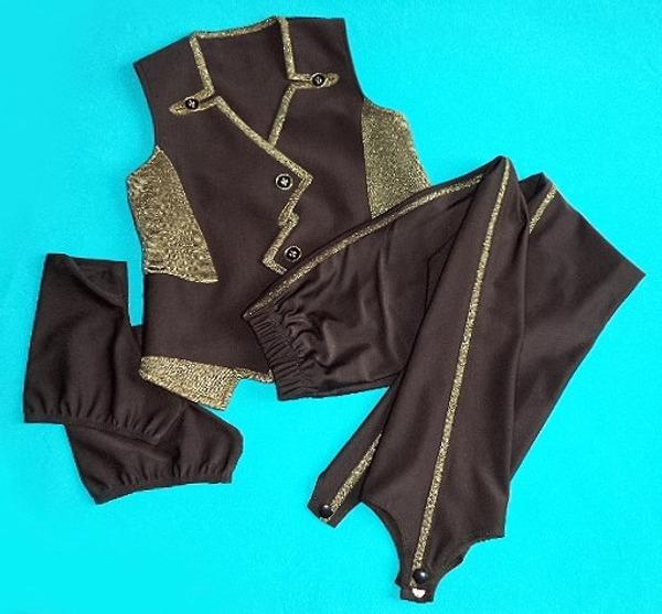 Фото. Костюм для юного фигуриста -  жилет, брюки, чехлы на коньки, а еще - рубашка и перчатки.  Автор работы - мама Юся