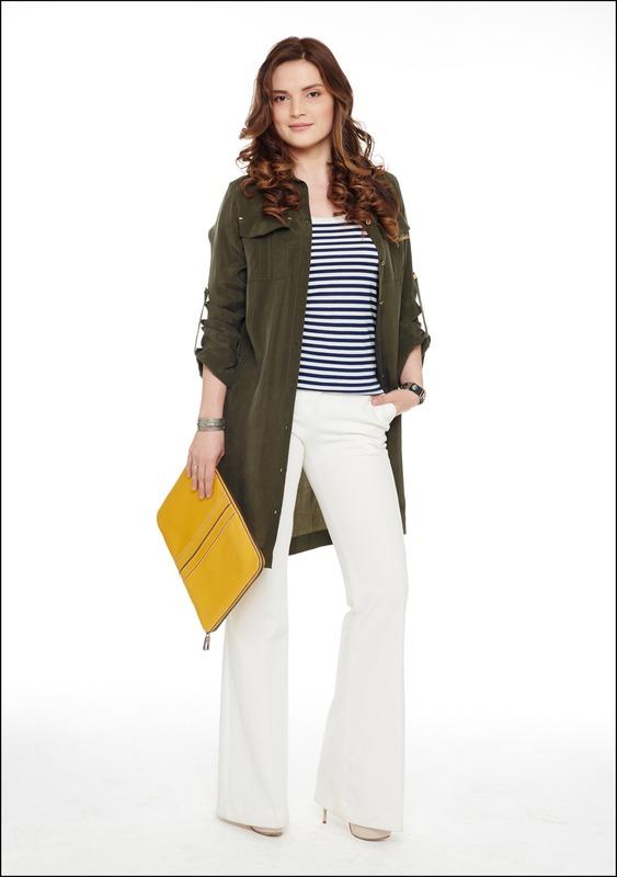 Комплект №1 . Платье-рубашка и брюки – Gizia. Топ-тельняшка – Intimissimi. Кожаная папка – Tod's