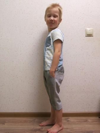 Фото. Оригинальные шорты = остатки однотонной серой джинсы + старинные обрезки от маминых брюк!  Автор работы - jul@t