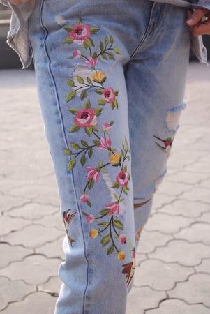 Фото. Вышитые мотивы преобразили джинсы.  Автор работы - natali2222
