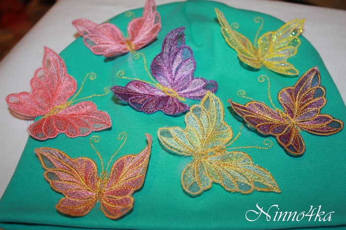 Фото. Шапочка с бабочками.  Машинная вышивка. Автор работы - Ninno4ka