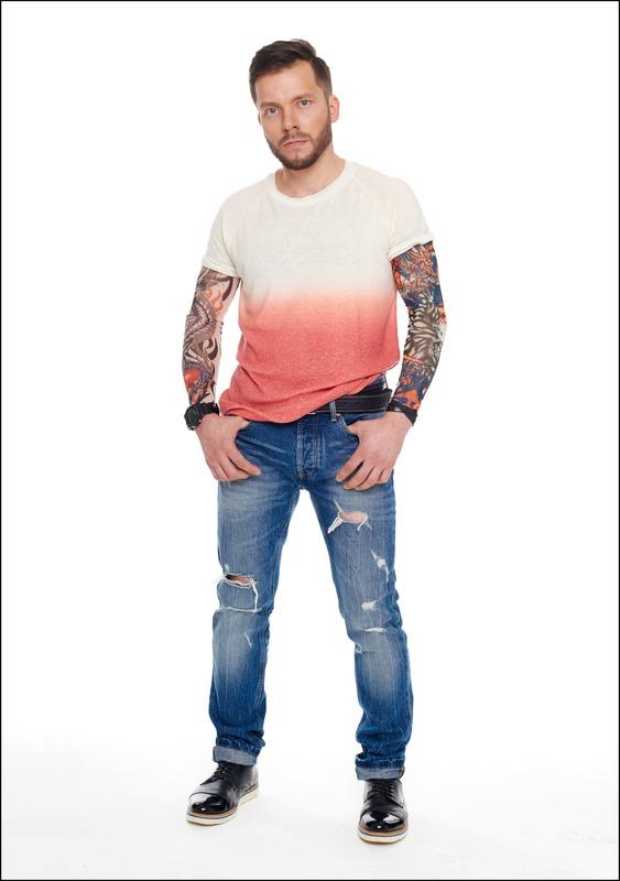 Комплект №2 . Футболка и джинсы – Zara (ТРЦ «Афимолл Сити»). Тату-рукава – BeMad (ТЦ «Таганский Пассаж»). Ботинки – McCrain (ТЦ «Метрополис»)
