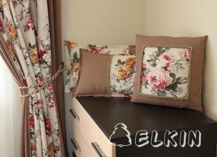Фото. Многие  шьют шторы, комбинируя гладкие и набивные ткани. Комплект подушек из остатков - полезная деталь в интерьере. Автор работы - elkin