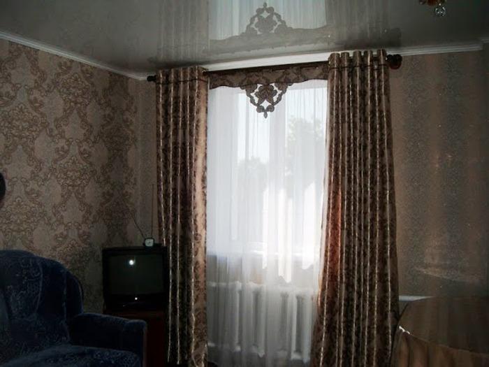 Фото. Интересное решение: ламбрекен может быть и позади шторы.  Автор работы - Неужели