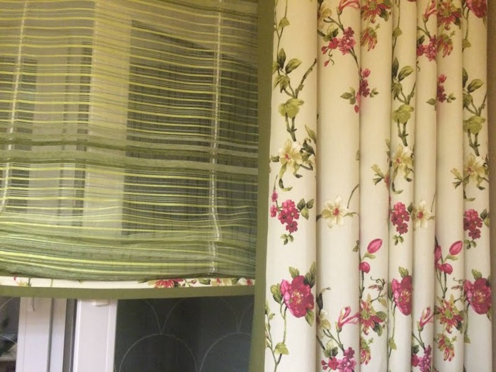"""Фото. Шторы  и римские шторы """"Латте и ванильное мороженое с кусочками шоколада в цветущем саду""""! Интересная отделка - контрастный кант по краю шторы.  Автор работы - flymammy"""