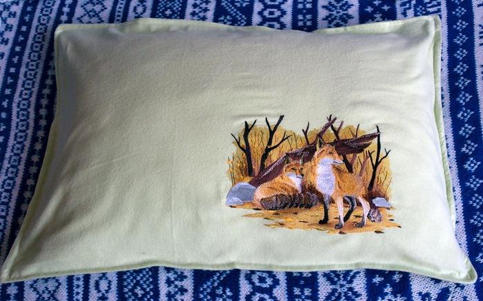 Фото. Подушка с первой большой вышивкой. Автор работы - javalja