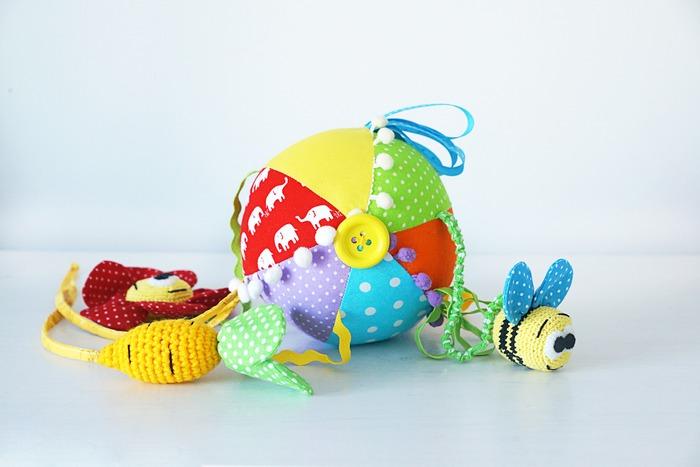 Фото. Мягкий мячик для совсем-совсем малыша c погремушкой и пищалками. Автор работы - BeCasual