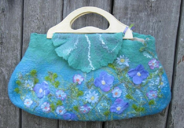 Фото. Необычно и уникально - валяная сумка!  Подклад из ткани, потайной кармашек и деревянные ручки. Автор работы - Lyubimayanika