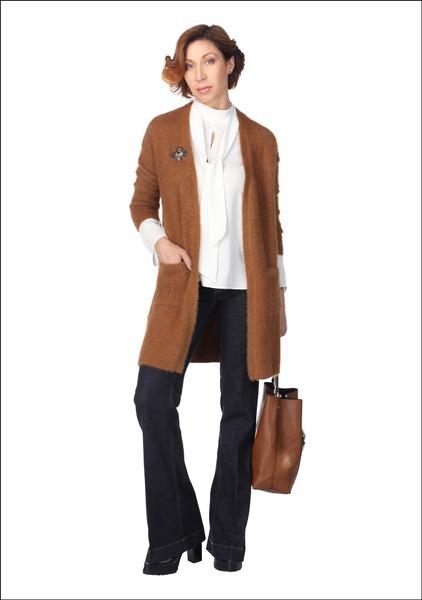 Комплект №4 . Кардиган – Bershka. Блуза – Zara. Джинсы – Gant. Ботильоны – Elche. Сумка – Parfois. Брошь и серьги – Kazene
