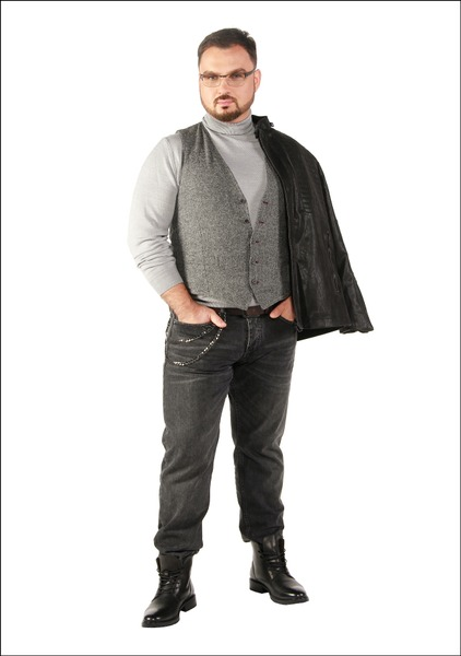 Комплект №3 . Куртка, джинсы и ботинки – Mango. Жилет – Pierre Cardin. Гольф – Marks & Spencer. Очки – «Люксоптика»