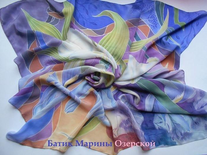"""Фото. Платок на крепдешине """"Белые лилии и ирисы"""". Автор работы - m.ozerskaya"""