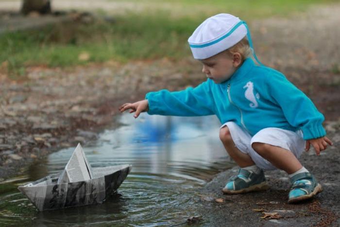 Фото. Матросская шапка, веревка в руке, Тяну я кораблик по быстрой реке..