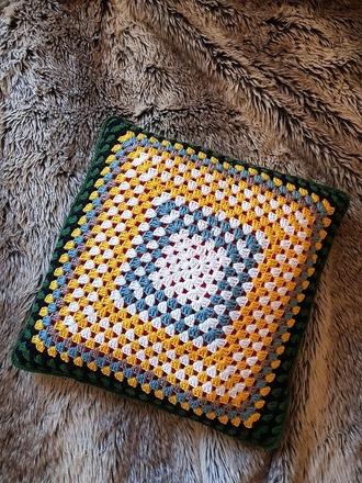 """Фото. Может получиться подушка """"бабушкин квадрат"""".  Автор работы - Детёныш"""